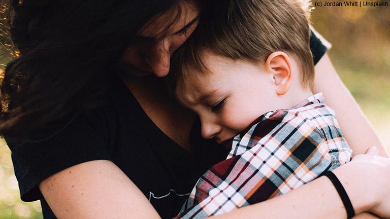 Schwere Themen wie Trauer und Tod mit Kindern besprechen