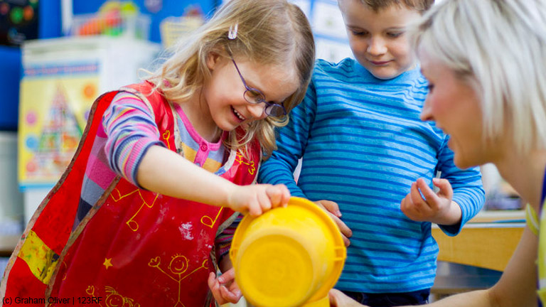 Kostenlos an Kinderbetreuung für die Sitzungszeiten kommen