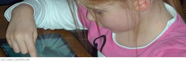 Eltern stellen ihre Kleinkinder oftmals mit Smartphone oder Tablet ruhig