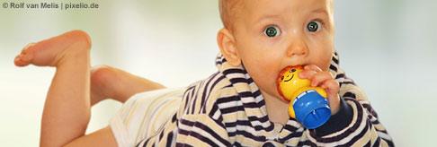 Ihr Baby ist mittlerweile neun Monate alt und mehr denn je daran interessiert, jeden Ihrer Schritte zu verfolgen. Egal ob Sie bügeln oder eine Dose öffnen, Baby beobachtet Sie ganz genau.