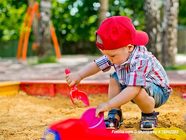 Der Sandkasten ist ein Muss im kindergerechten Garten
