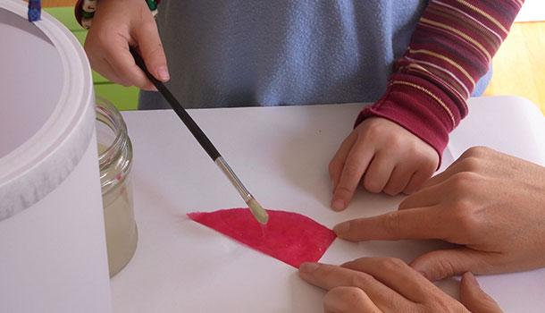 Laternenkörper mit Transparentpapier verkleistern