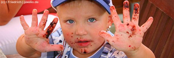 Für Kinder erfordert sowohl der Umgang mit Besteck als auch das richtige Verhalten am Tisch viel Übung.