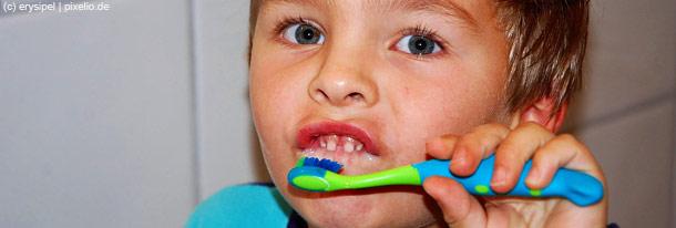Dem Kind das Zähneputzen beizubringen, ist eine der schwersten Aufgaben der Eltern.