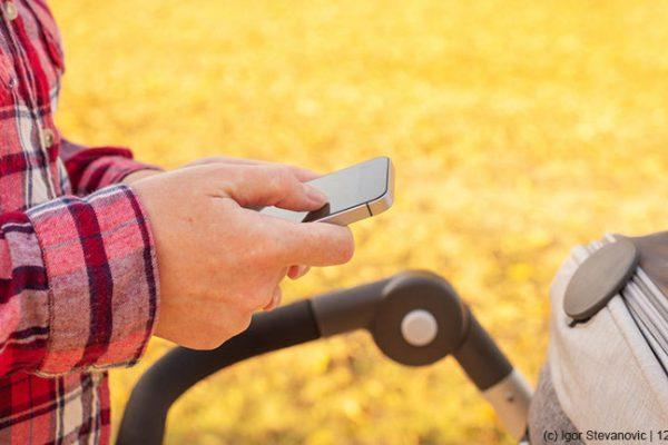 Smartphone aus – Blickkontakt mit dem Baby aufnehmen