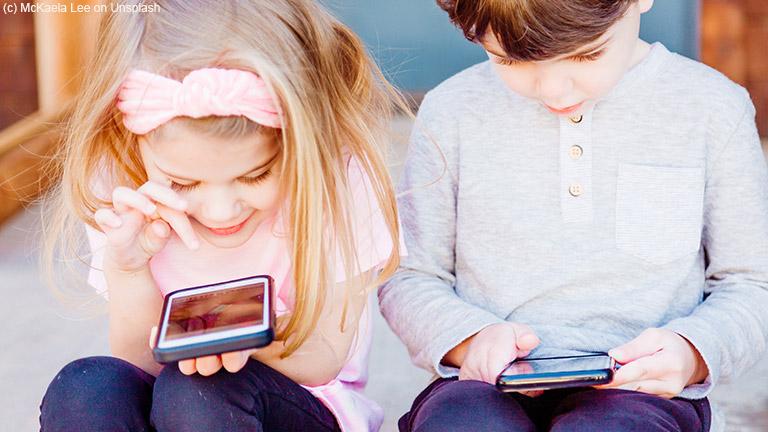 Kinder kommen immer früher mit Smartphone und Tablet in Kontakt