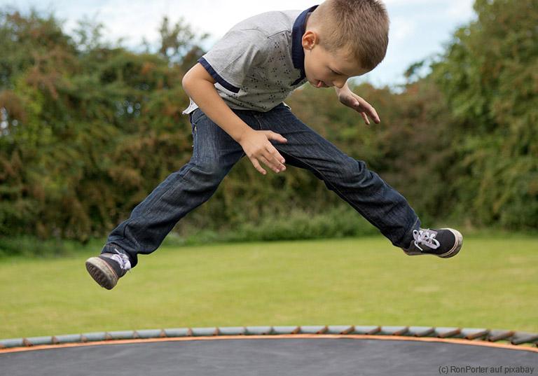 Toben ist gesund - Ein Trampolin stärkt die Gesundheit von Kindern.