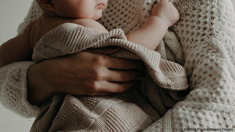 Tragehilfen können beim Tragen des Babys unterstützen