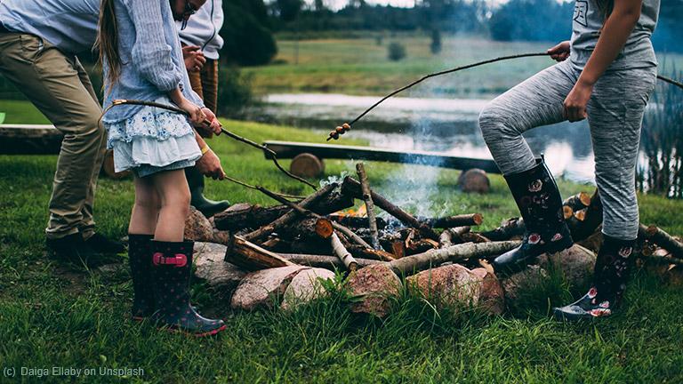 Rustikale Abendbrotgestaltung am offenen Feuer auf dem Campingplatz