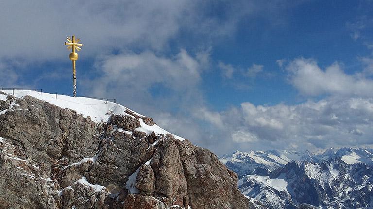 Gipfelkreuz auf der Zugspitze: Generell eignet sich die Region rund um die Zugspitze ideal zum Wandern mit Kindern.