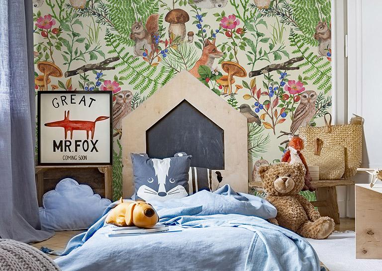 Mädchen und Jungen erfreuen sich gleichermaßen an einer Dekoration, die den Märchenwald und seine Bewohner darstellt.