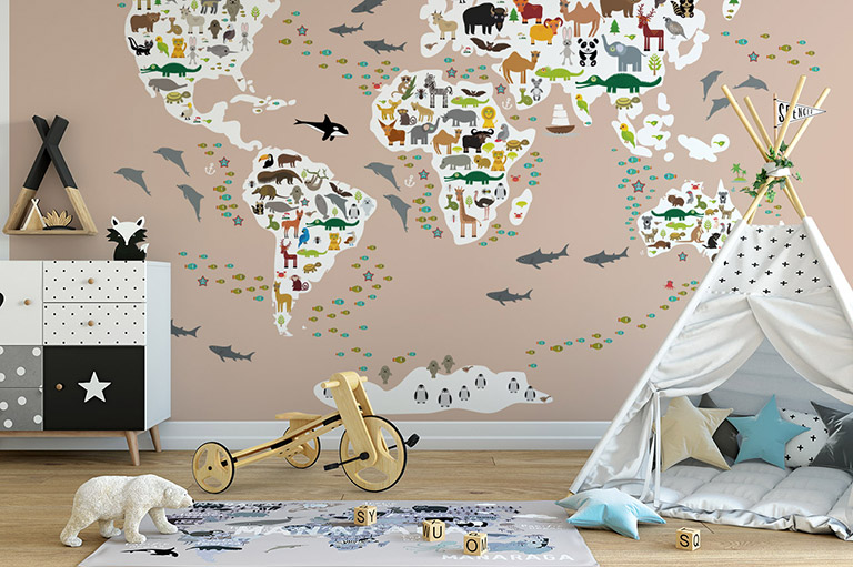 Das Zimmer eines kleinen Jungen kann auf viele Arten eingerichtet werden. Eine perfekte Wahl können z.B. Bilder mit Landkarten sein.