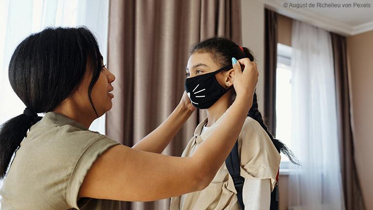 Der Mund-Nasen-Schutz gehört für Kinder langsam zum Alltag. Denn immer mehr Kinder sind dazu angehalten in Schule und Öffentlichkeit eine Alltagsmaske zu tragen.