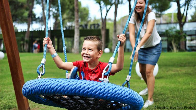 Wenn ihr mit euren Kindern auf den Spielplatz geht, braucht ihr Schuhe, in denen die Füße nicht schmerzen.