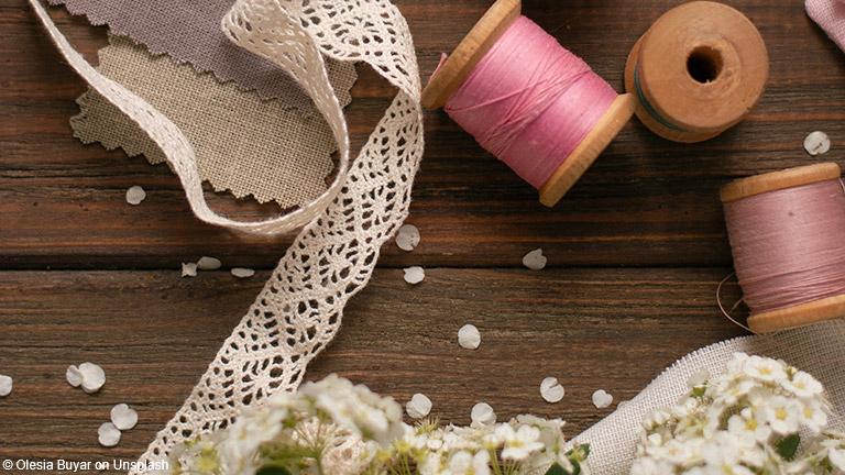 DIY-Kleidung statt Wegwerfware: Schon im Handel werden Millionen und Milliarden Kleidungsstücke Jahr für Jahr weggeworfen.