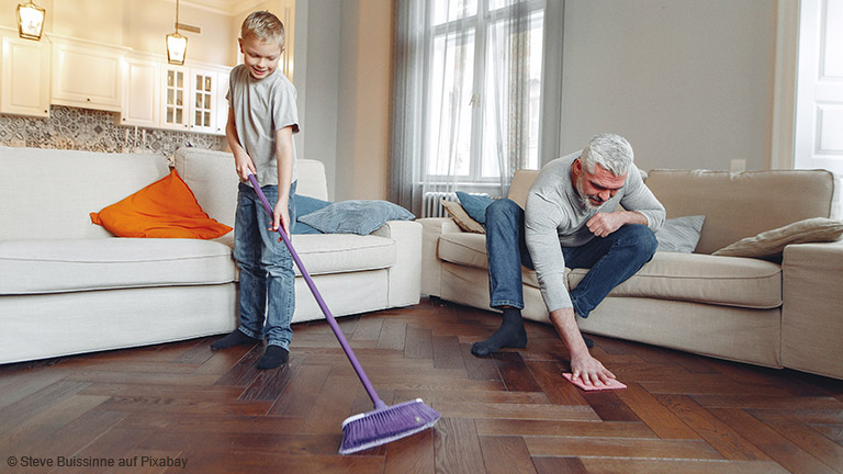 Flecken auf allen Oberflächen: So gelingt die Reinigung von Polster, Tapeten und Co.